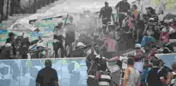 Torcedores do Corinthians em confronto com a PM no Maracanã - Armando Paiva/AGIF