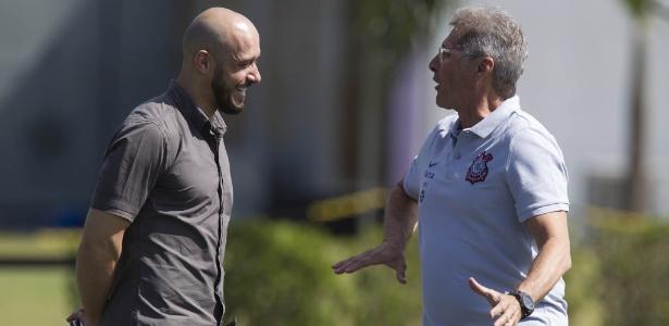 Alessandro conversa com o treinador Oswaldo de Oliveira