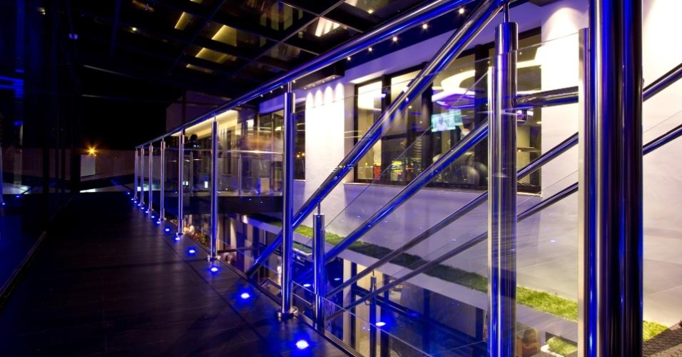 No chão da academia de Marcelo Bordon, também há luzes de led. Elas mudam de cor e são controladas de acordo com cada ambiente