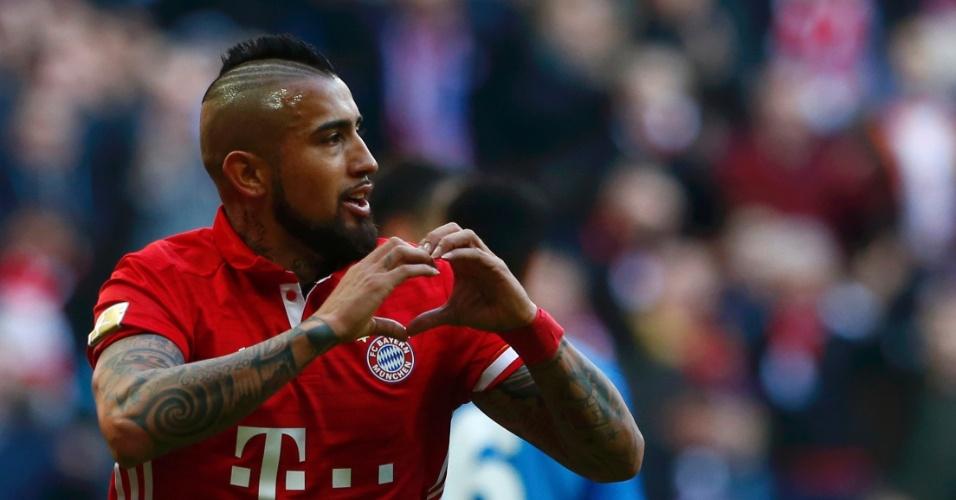 Vidal, atacante do Bayern, celebra seu gol contra o Hamburgo