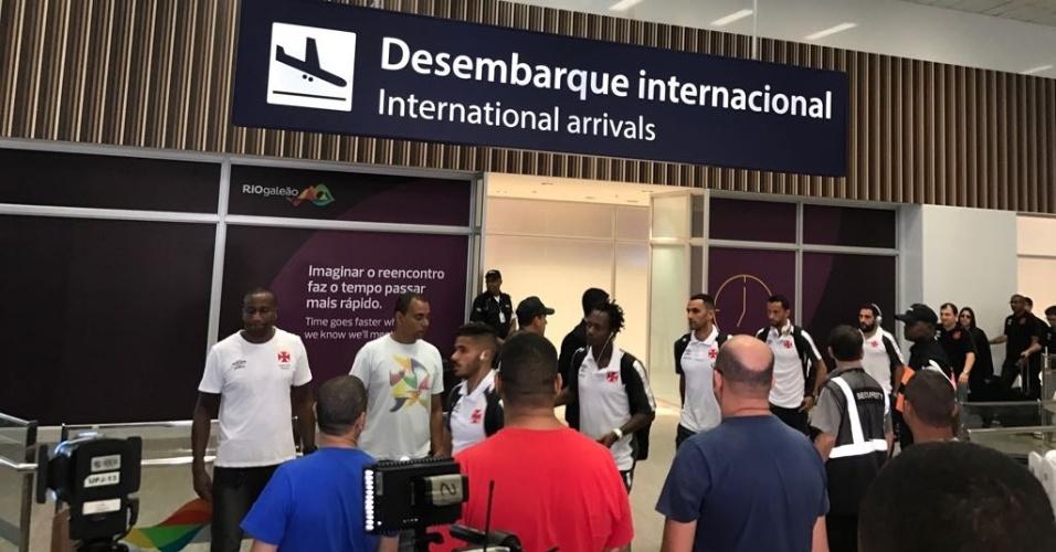 Os jogadores do Vasco chegaram ao Rio de Janeiro em silêncio após a queda na Copa do Brasil