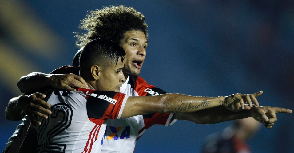 Everton e Willian Arão comemoram gol do Flamengo contra o Atlético-GO