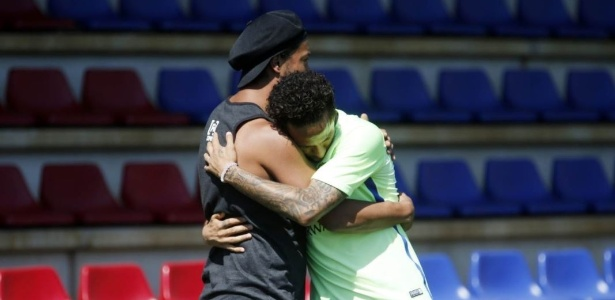 Neymar prestou homenagem a Ronaldinho Gaú