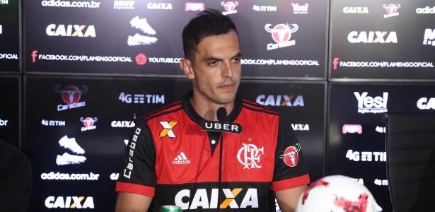 O zagueiro Rhodolfo foi apresentado pelo Flamengo na tarde desta segunda-feira (12)