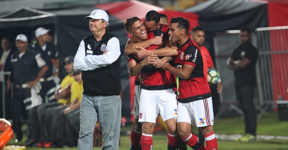 Cuéllar comemora o golaço pelo Flamengo enquanto Levir Culpi lamenta no Santos