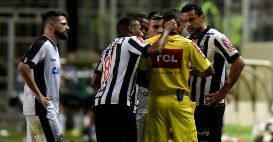 Jogadores do Atlético-MG reclamam de expulsam de Fred contra o Botafogo