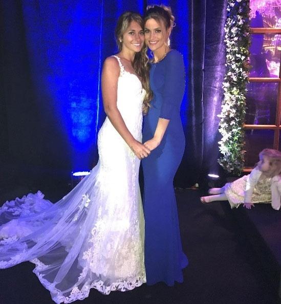 Elena Galera (dir.), esposa de Busquets, posou para foto ao lado da noiva