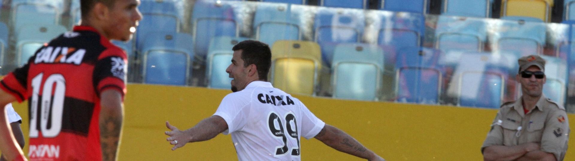 André Lima comemora gol do Vitória contra o Atlético-GO
