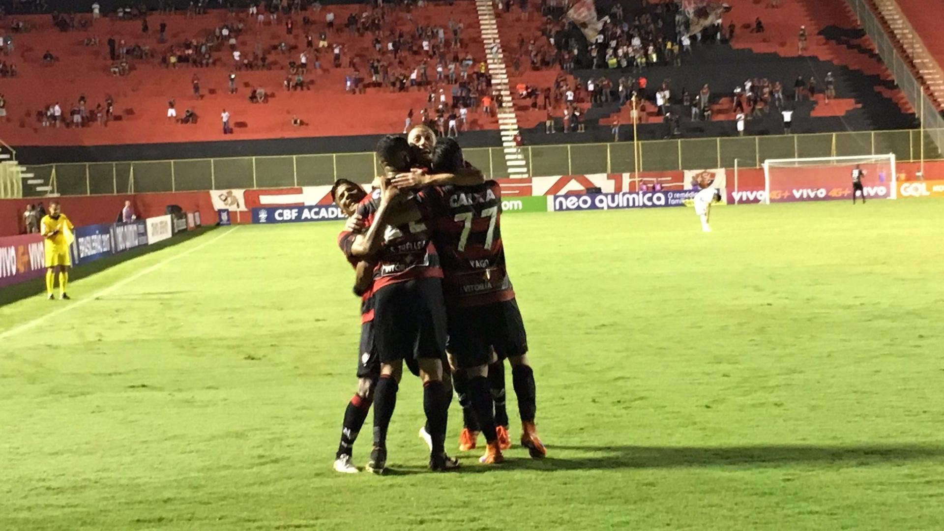 Jogadores do Vitória comemoram gol marcado sobre a Ponte Preta no Barradão