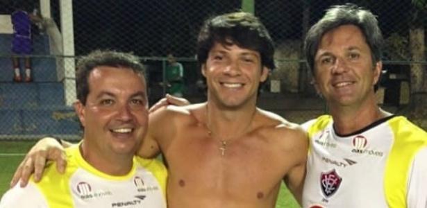 Preto Casagrande abraça os primos Caio Júnior (dir.) e Duca (esq.), ambos vítimas