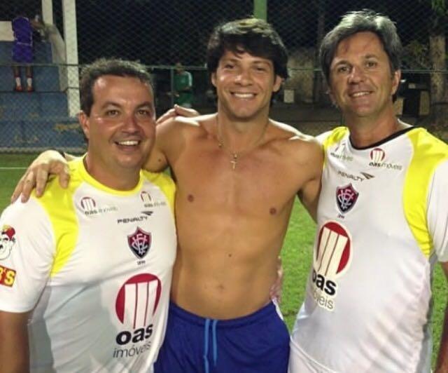 Preto Casagrande abraça os primos Caio Jr e Duca, ambos vítimas da tragédia com o avião da Chapecoense