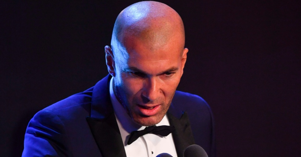 Zinedine Zidane discursa após ser eleito o melhor técnico de 2017 em premiação da Fifa
