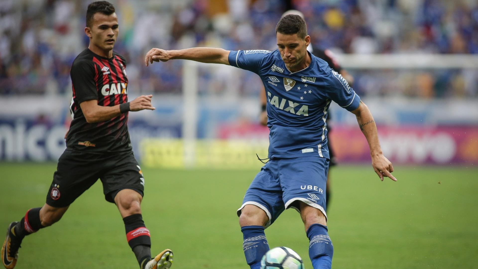 Thiago Neves em ação pelo Cruzeiro contra o Atlético-PR