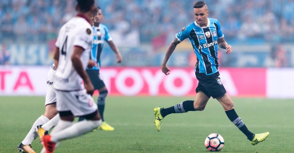 O atacante Luan em ação na final da Libertadores entre Grêmio e Lanús, em Porto Alegre