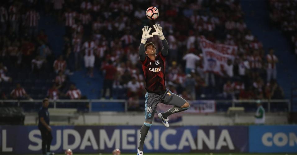 O goleiro César em aquecimento antes do jogo entre Flamengo e Junior