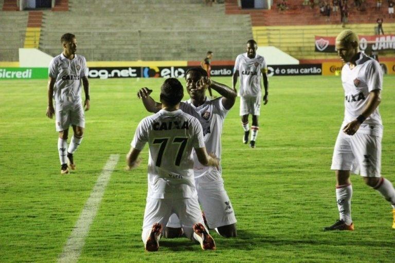 Jogadores do Vitória comemoram gol marcado contra o Globo