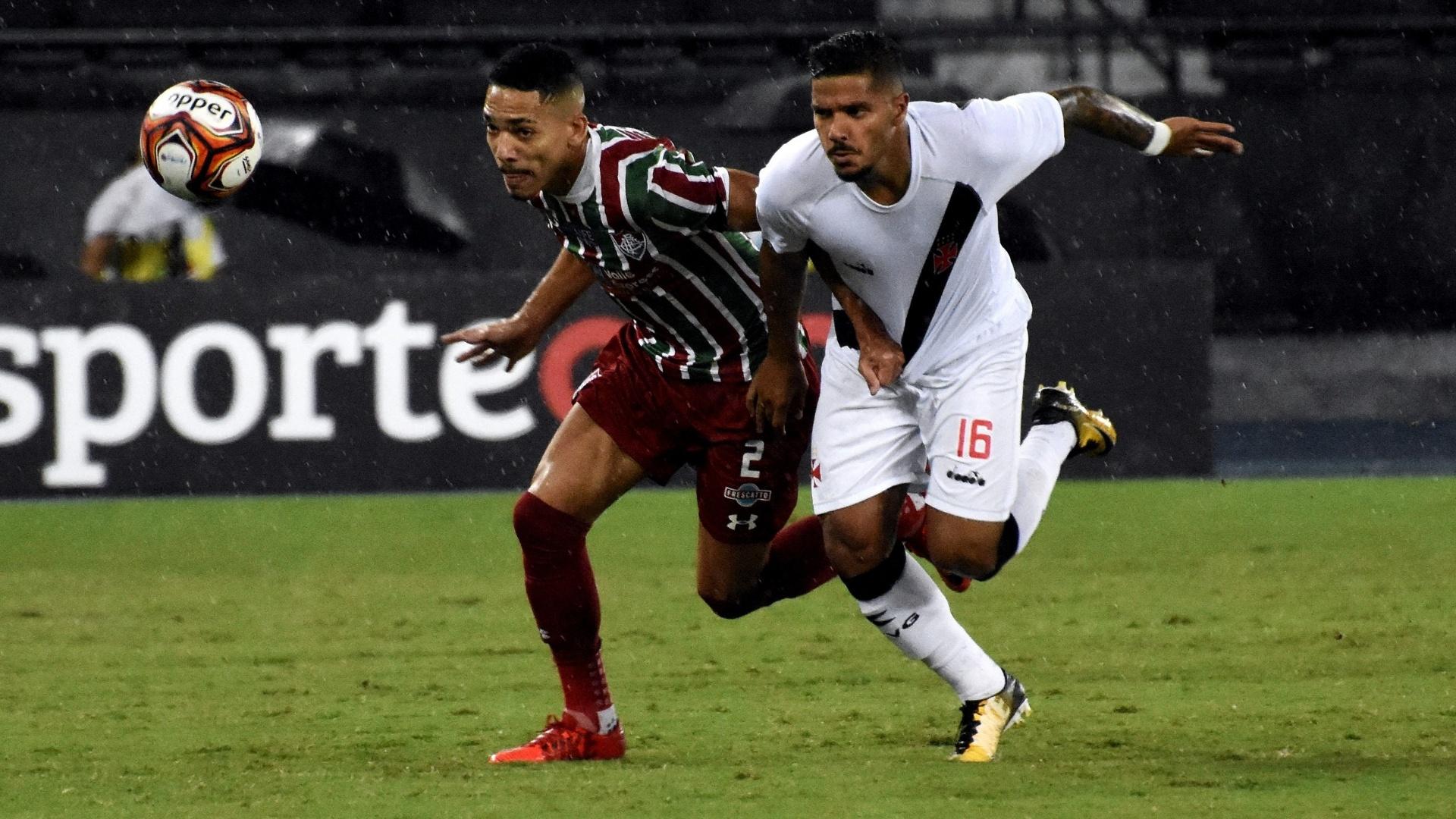 Gilberto (à esquerda) e Henrique disputam bola no jogo entre Vasco e Fluminense
