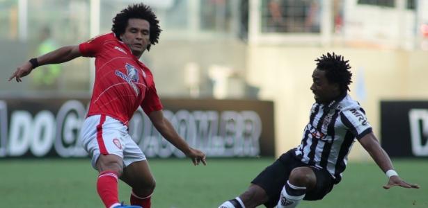 O volante Arouca em ação na partida entre Atlético-MG e Tombense