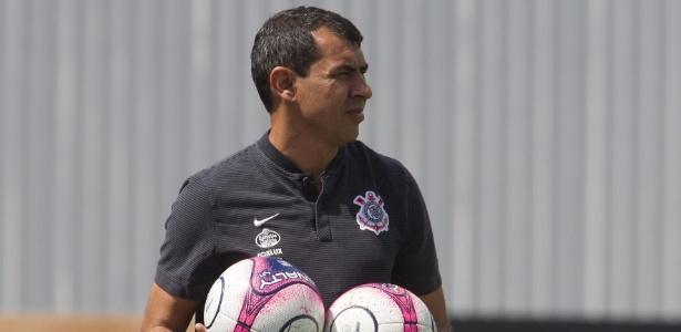 Fábio Carille em treino do Corinthians; treinador está de volta ao clube