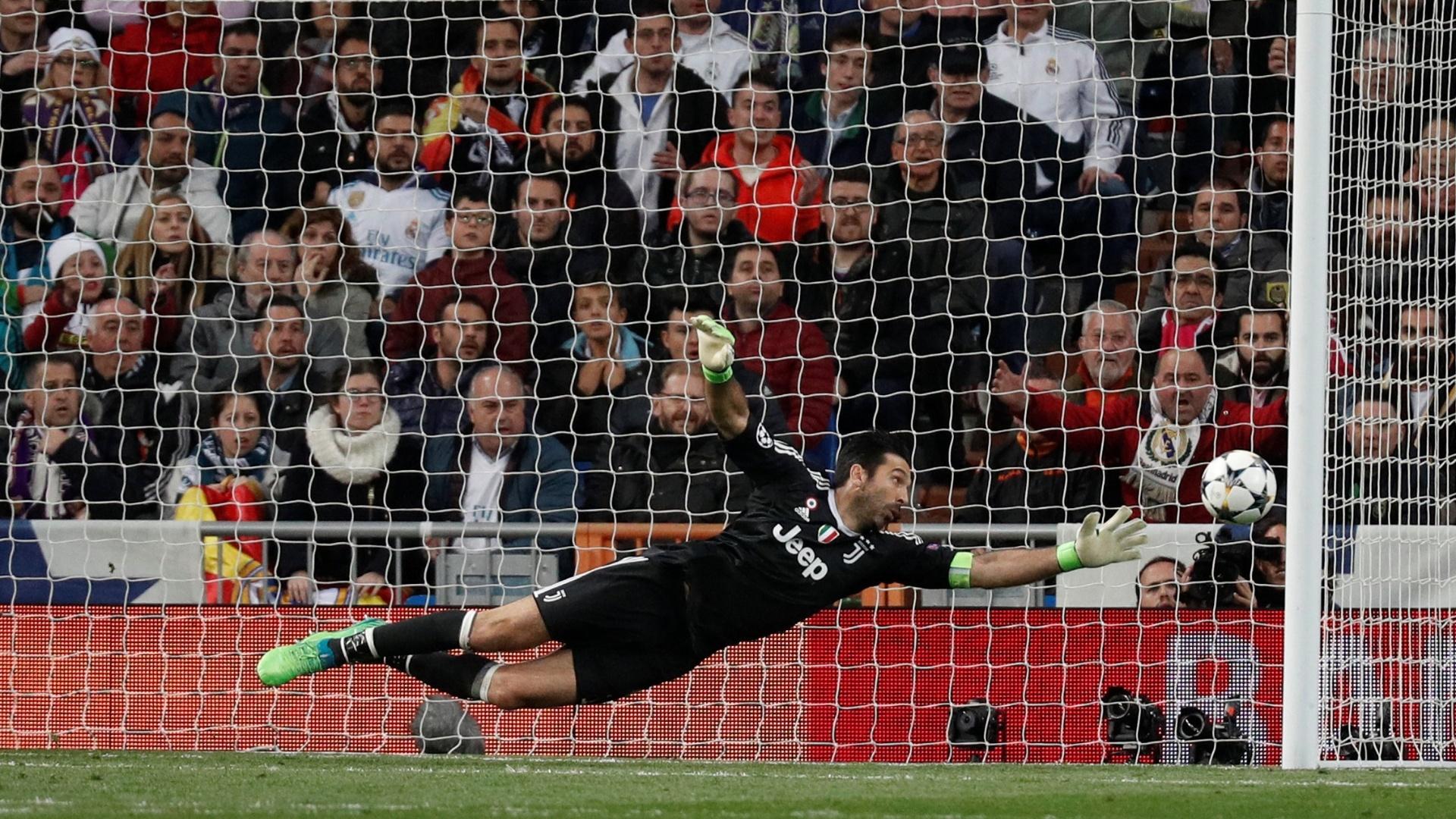 Buffon acompanha a bola passar à esquerda do seu gol