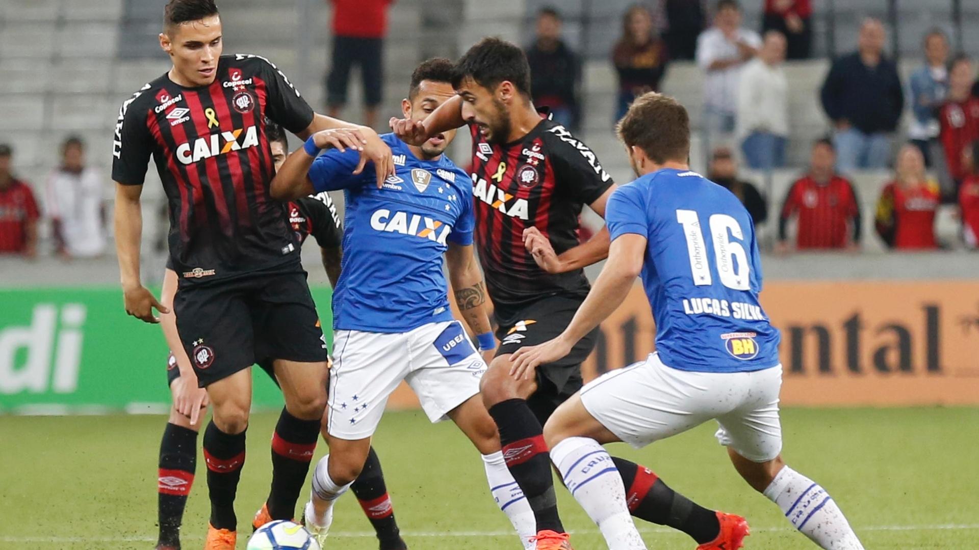 Camacho tenta passar por Rafinha e Lucas Silva durante Atlético-PR x Cruzeiro