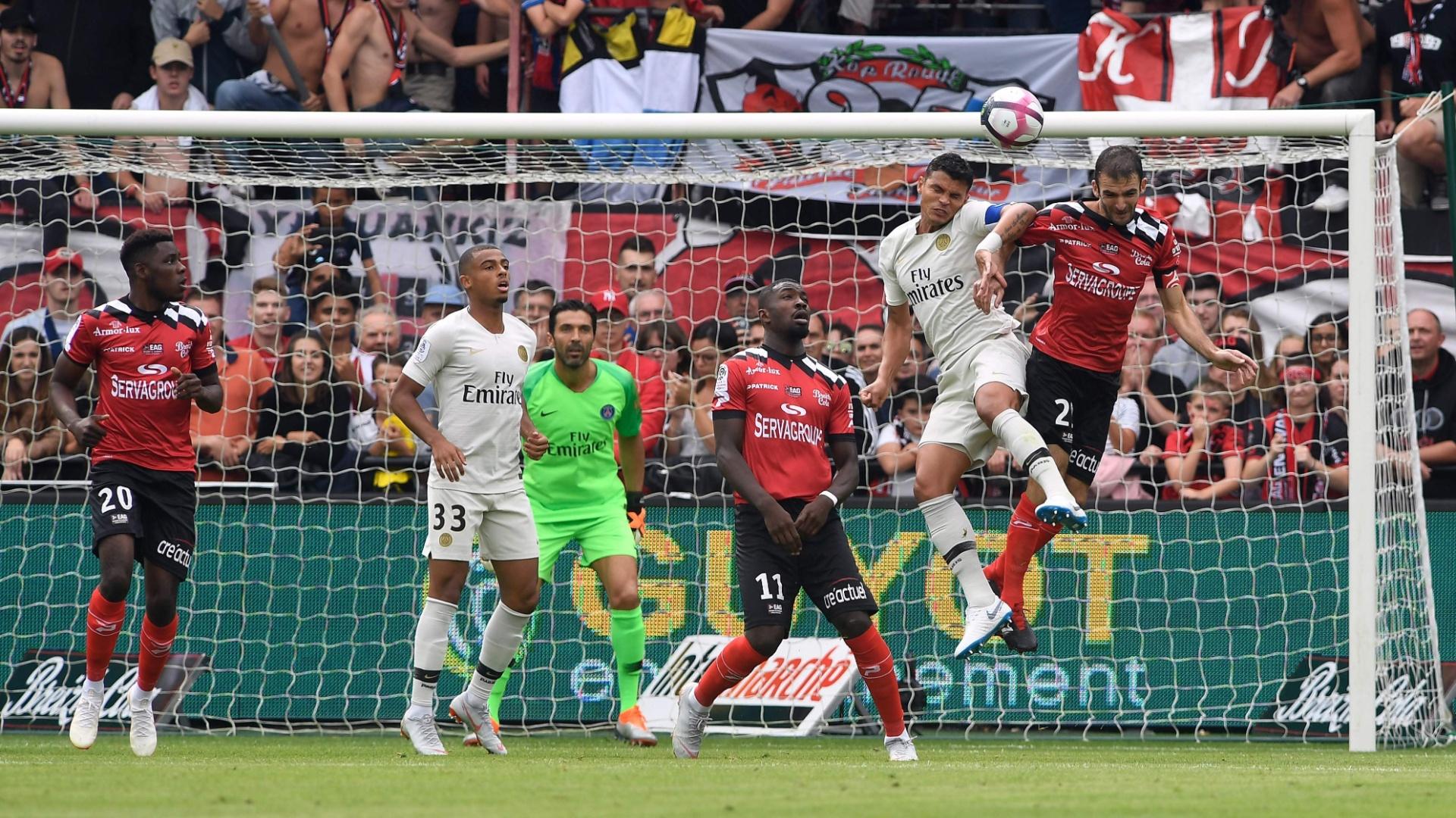 Thiago Silva em ação pelo PSG contra o Guingamp