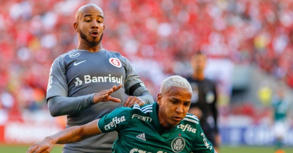 Deyverson protege a bola diante de Patrick em jogo entre Internacional e Palmeiras