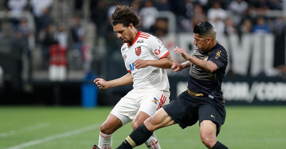 Ralf faz a marcação sobre Willian Arão durante jogo entre Corinthians e Flamengo