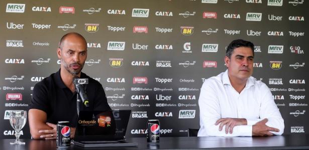 Marques (à esquerda) agrada ao presidente Sérgio Sette Câmara (à direita) no Atlético - Bruno Cantini/Atlético-MG/Divulgação