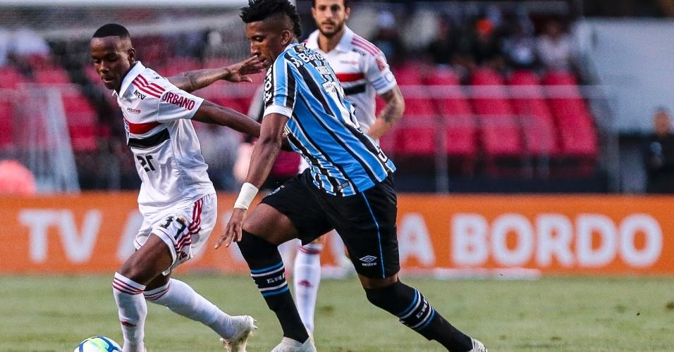 Bruno Cortez disputa bola com Helinho durante São Paulo x Grêmio