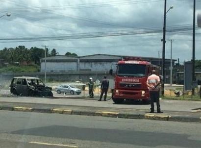 Carro do presidente do Bahia pega fogo em estrada de Salvador