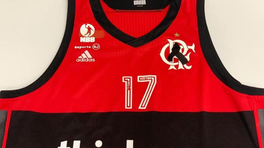 77cbe2830 Time de basquete do Fla homenageia vítimas do incêndio no Ninho do Urubu