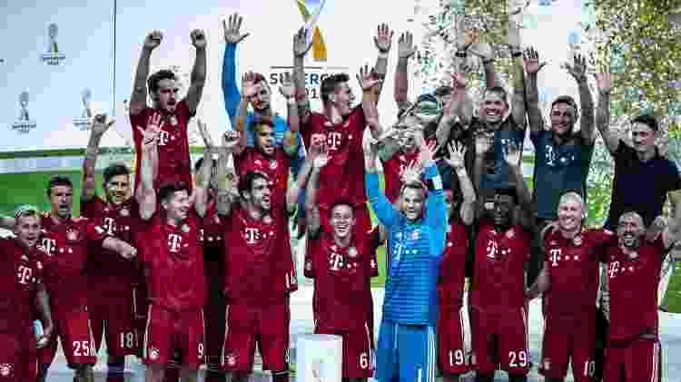 Coman posa ao lado de jogadores do Bayern com troféu da Supercopa da Alemanha - Simon Hofmann/Bundesliga/DFL via Getty Images)