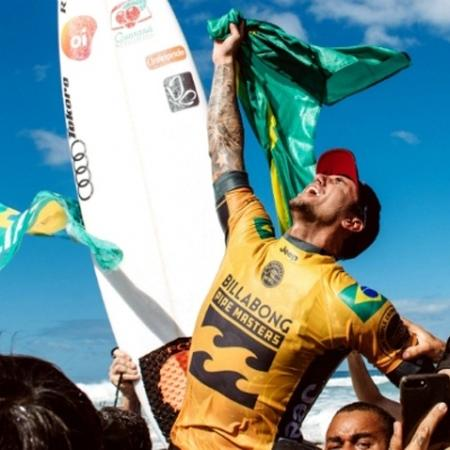 O brasileiro Gabriel Medina comemora a conquista do bicampeonato mundial de surfe no Havaí - Corey Wilson/WSL