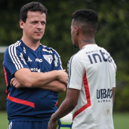 Fernando Diniz (e) conversa com Tchê Tchê - Felipe Rau/Estadão Conteúdo