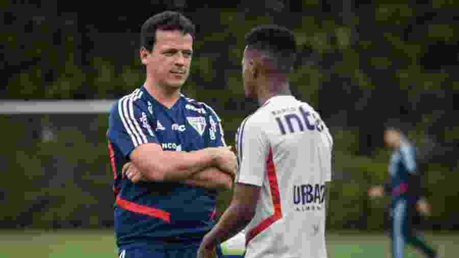 Fernando Diniz conversa com Tchê Tchê durante treino do São Paulo no CT da Barra Funda - Felipe Rau/Estadão Conteúdo