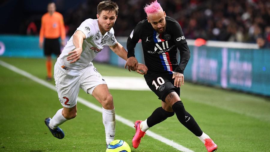 Neymar disputa bola com Souquet na partida entre PSG e Montpellier - FRANCK FIFE / AFP