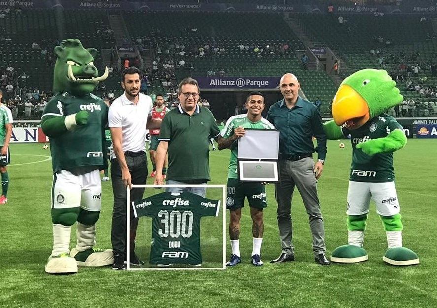 Dudu recebe a camisa 300