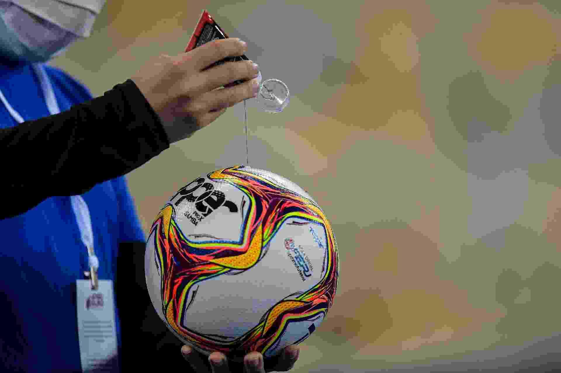Gandula de Bangu x Flamengo higieniza uma das bolas utilizada na partida do Carioca - Thiago Ribeiro/AGIF