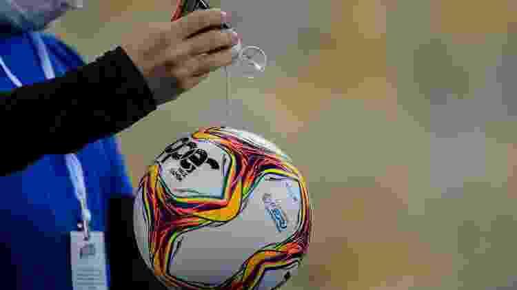 Gandula de Bangu x Flamengo higieniza uma das bolas utilizada na partida do Carioca - Thiago Ribeiro/AGIF - Thiago Ribeiro/AGIF
