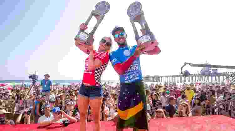 Tatiana Weston-Webb e Filipe Toledo comemoram título do US Open de 2016, em Huntington Beach - Jackson Van Kirk/World Surf League - Jackson Van Kirk/World Surf League