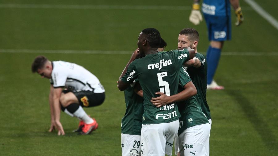 Jogadores do Palmeiras comemoram gol marcado contra o Corinthians em clássico do Brasileirão - Ettore Chiereguini/AGIF