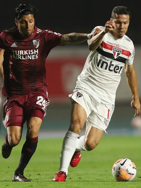 Enzo Pérez e Hernanes disputam lance na partida entre São Paulo x River Plate, pela fase de grupos da Libertadores - Pool/Getty Images