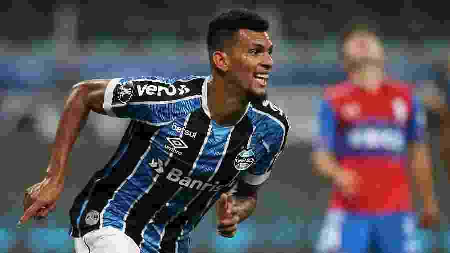 Rodrigues comemora o segundo gol do Grêmio na vitória sobre a Universidad Católica - Alexandre Schneider/Getty Images