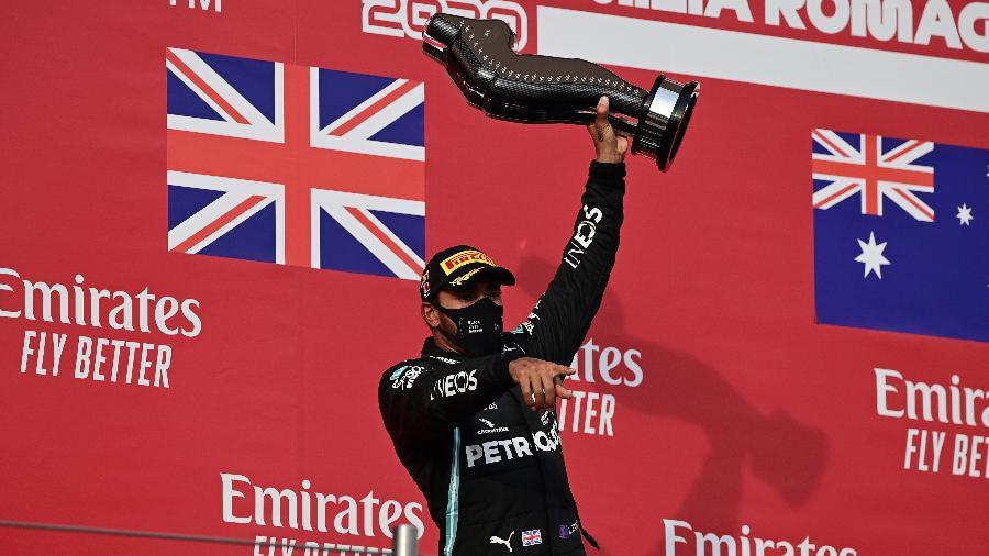 Lewis Hamilton, da Mercedes, ergue o troféu do GP da Emilia Romagna, em Imola - Miguel Medina/Pool/Getty Images