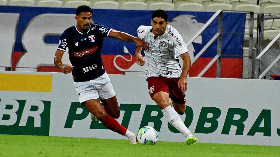 Michel Araujo, do Fluminense, conduz a bola no duelo com o Fortaleza, na Arena Castelão, no Brasileiro 2020 - Mailson Santana / Fluminense FC