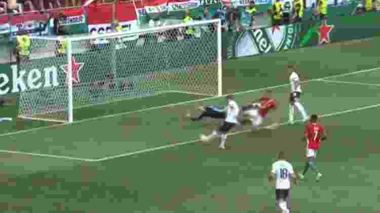 Griezmann desperdiçou o rebote em finalização de Benzema e chutou a bola em cima do goleiro Gulacsi  - Reprodução/Twitter - Reprodução/Twitter
