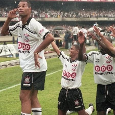 Dinei comemora gol do Corinthians na final do Brasileiro em 1998 com Marcelinho, Rincón e Sylvinho - Reprodução
