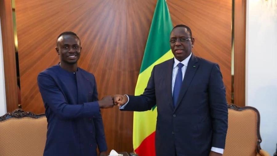 Sadio Mané ao lado do presidente do Senegal, Macky Sall - Divulgação