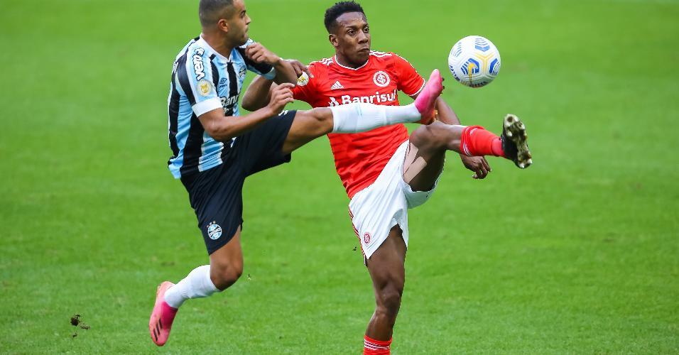 Alisson, do Grêmio, disputa lance com Moisés, jogador do Internacional, durante partida na Arena do Grêmio, Brasileirão 2021